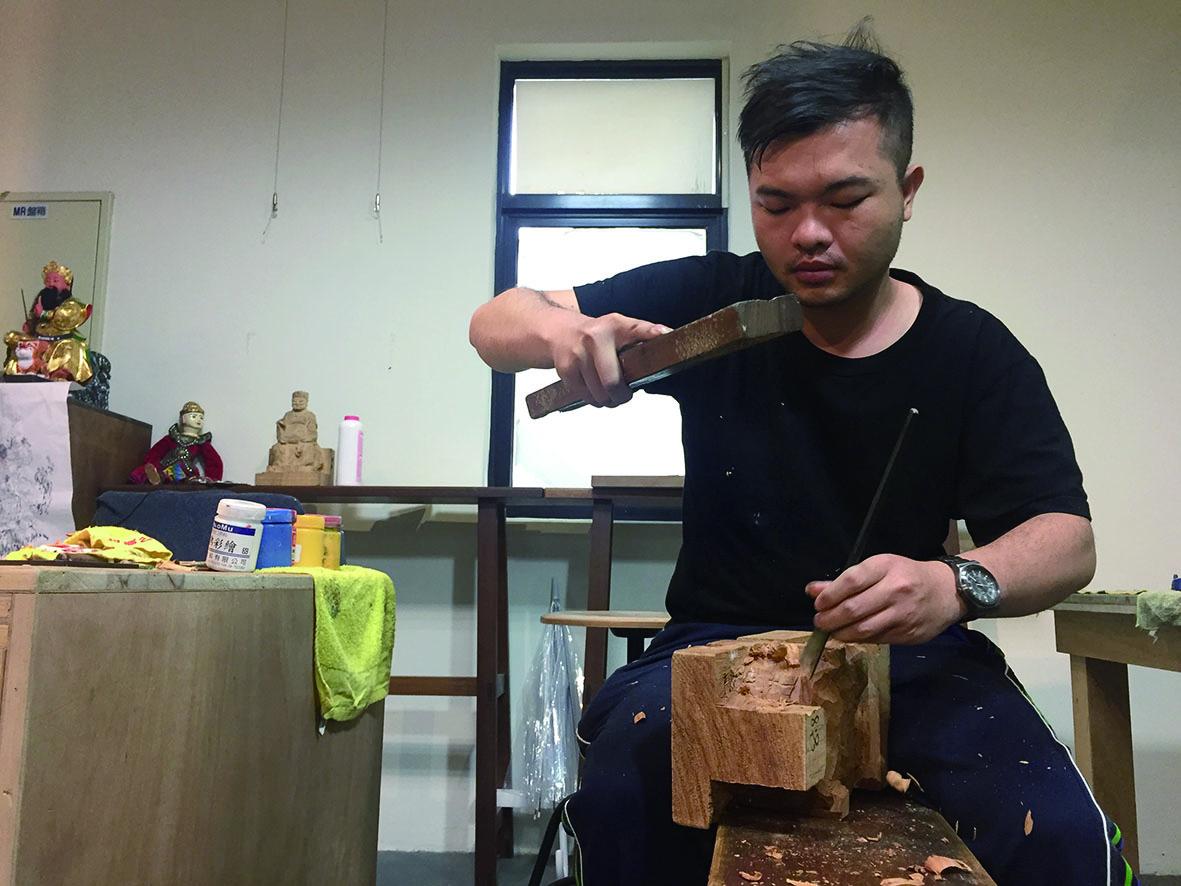 陳宗蔚出生於彰化鹿港,受到家庭環境影響,童年記憶中對於神像耳濡目染,冥冥之中對於神像就產生了熱愛及興趣。.JPG