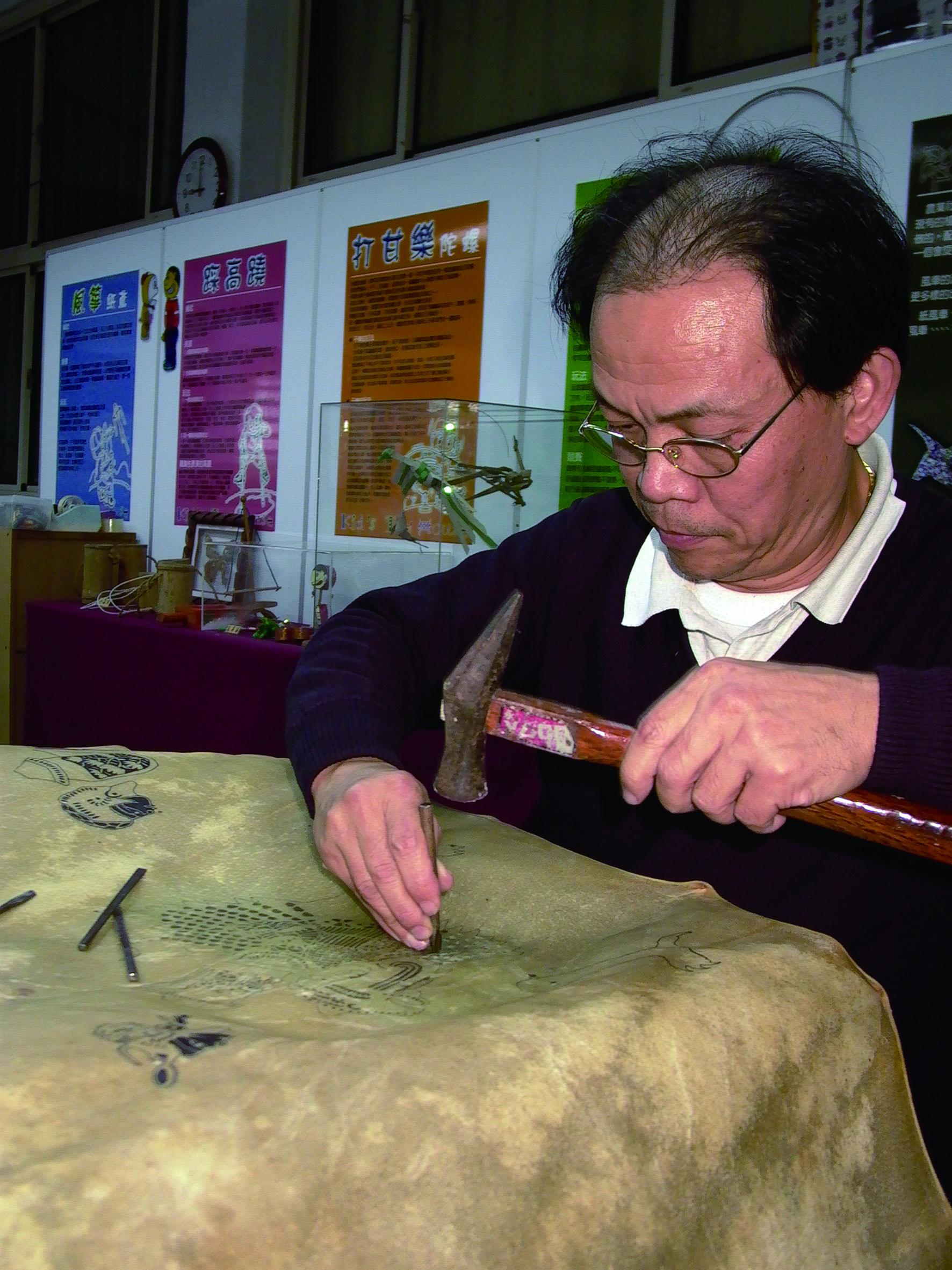 第一代蕭如訓喜歡研究製作皮影戲偶,創造偶的許多高難度動作。.JPG