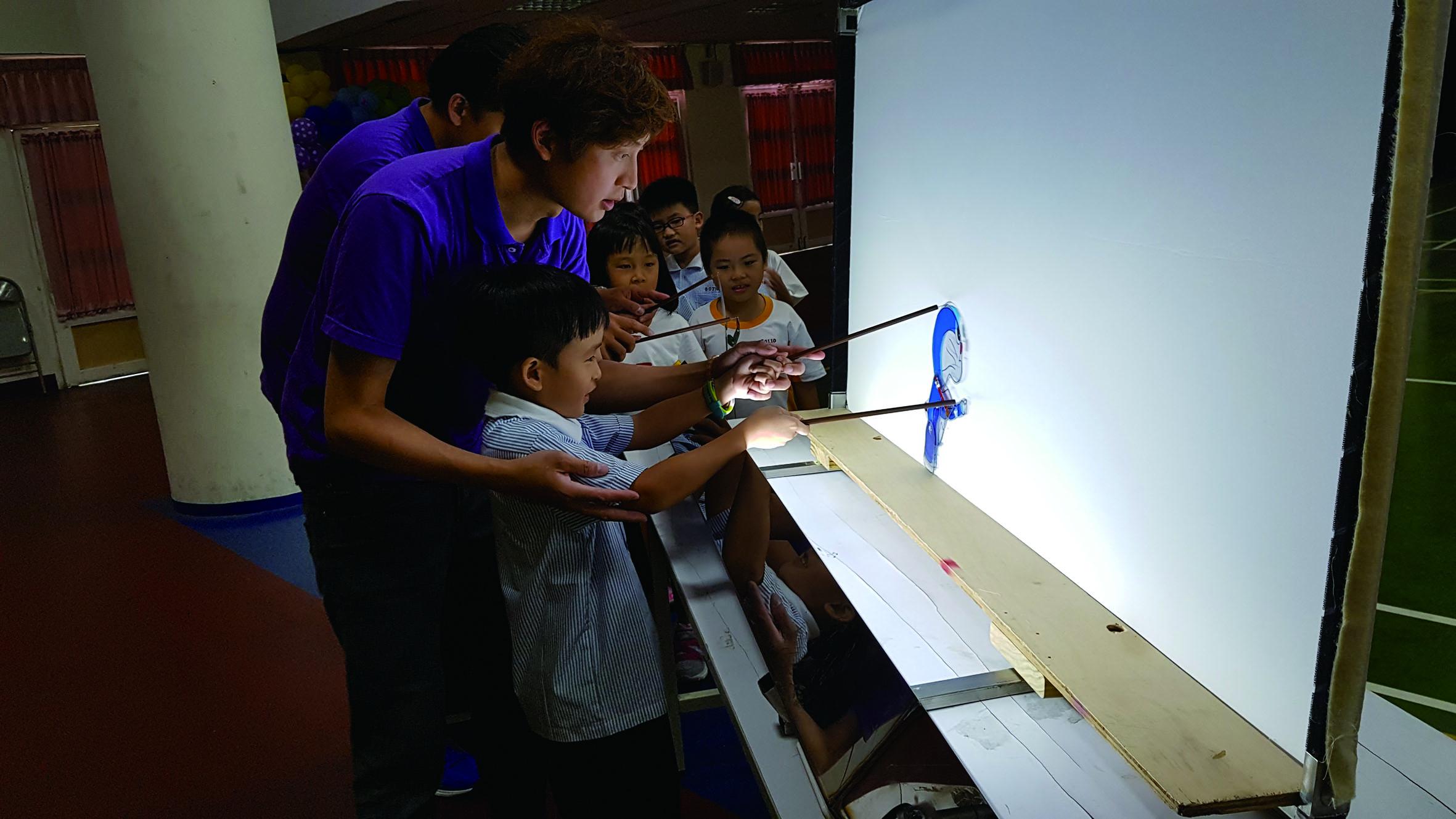 蕭乃誠是蕭孟通的弟弟,工作之餘也會到劇團教導小學生體驗操偶。.jpg
