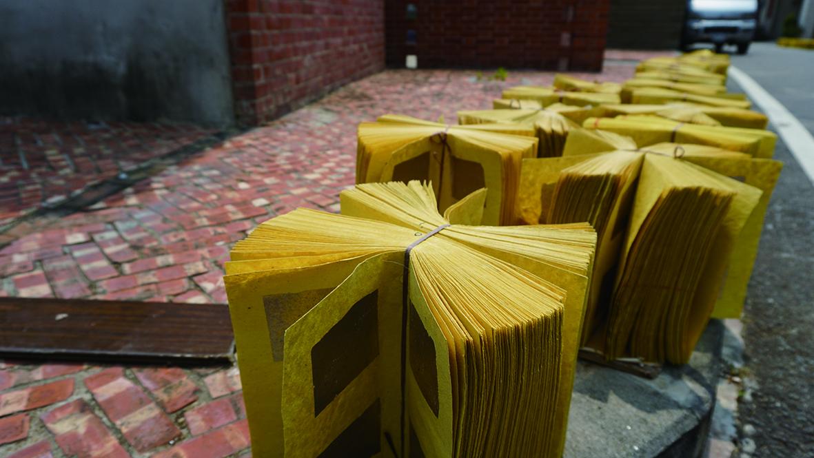 中港在全盛時期,全鎮約四分之一的人都從事金銀紙製造,街道上曬金紙的景象也成為金色中港給人最強烈的印象之一。.JPG