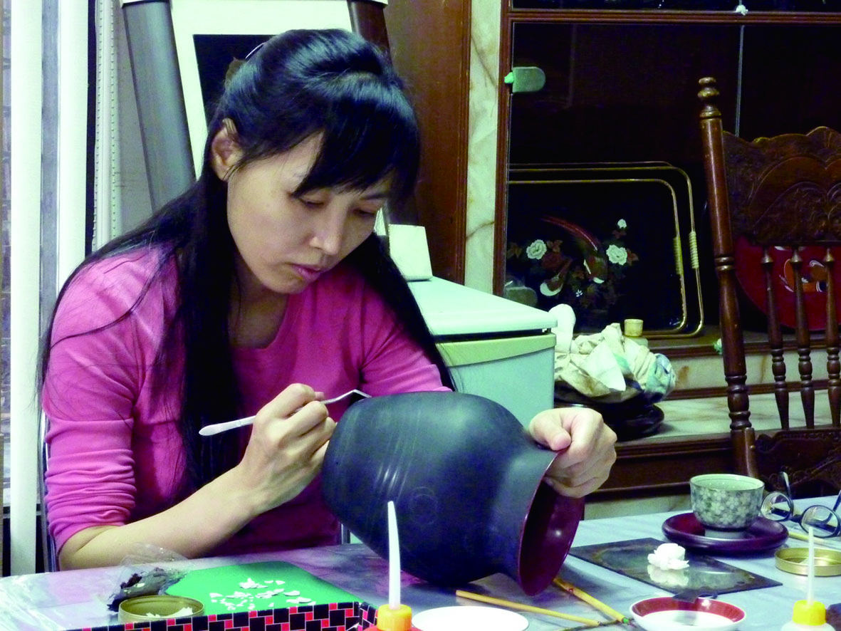 李麗卿在服裝設計科後,轉行到日本寺廟彩繪代工公司工作,其中偶爾接觸到少量漆商品的製作,便希望能更深入了解漆藝的製作方式。.jpg