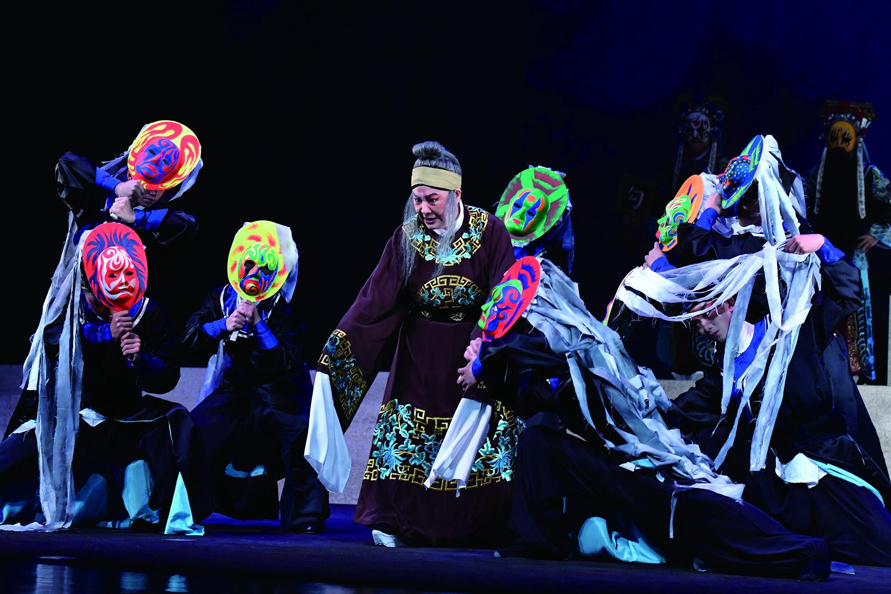 2019 年臺灣豫劇團《龍袍》,以宋宮密史老戲新編 ,並以創新手法展現傳統戲曲的多元包容能力與活力。.JPG