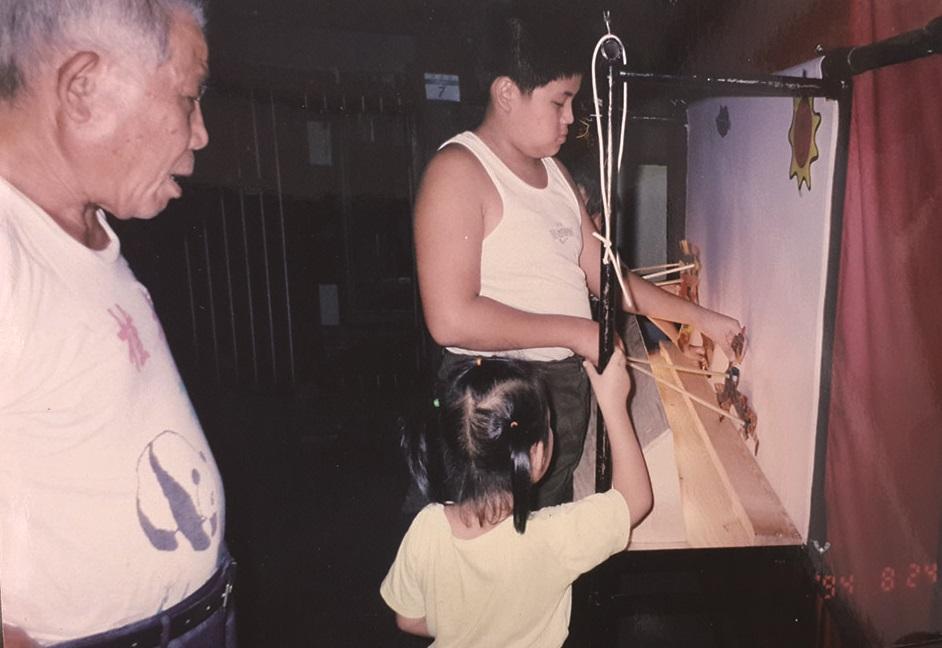 蕭孟通從小就常在父親身邊幫忙,皮影戲操偶就如同是他的玩具一般。.jpg