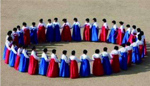 韓國的右水營羌羌水月來振興保存協會(USUYEONG GANGGANSULLAE) 將由20位演員共同演出南韓中秋節專屬於女性的傳統節慶歌舞「羌羌水月來」。.jpg