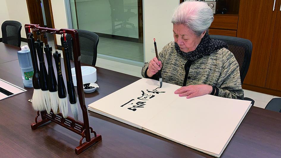 在裕德中學演講前,在校方的邀請下劉老師揮毫寫下墨寶。.JPG