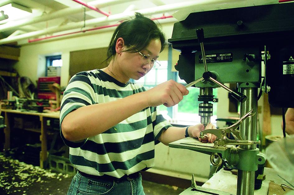 鄭嘉音在康乃狄克大學就讀期間製偶操作木工機器。.JPG