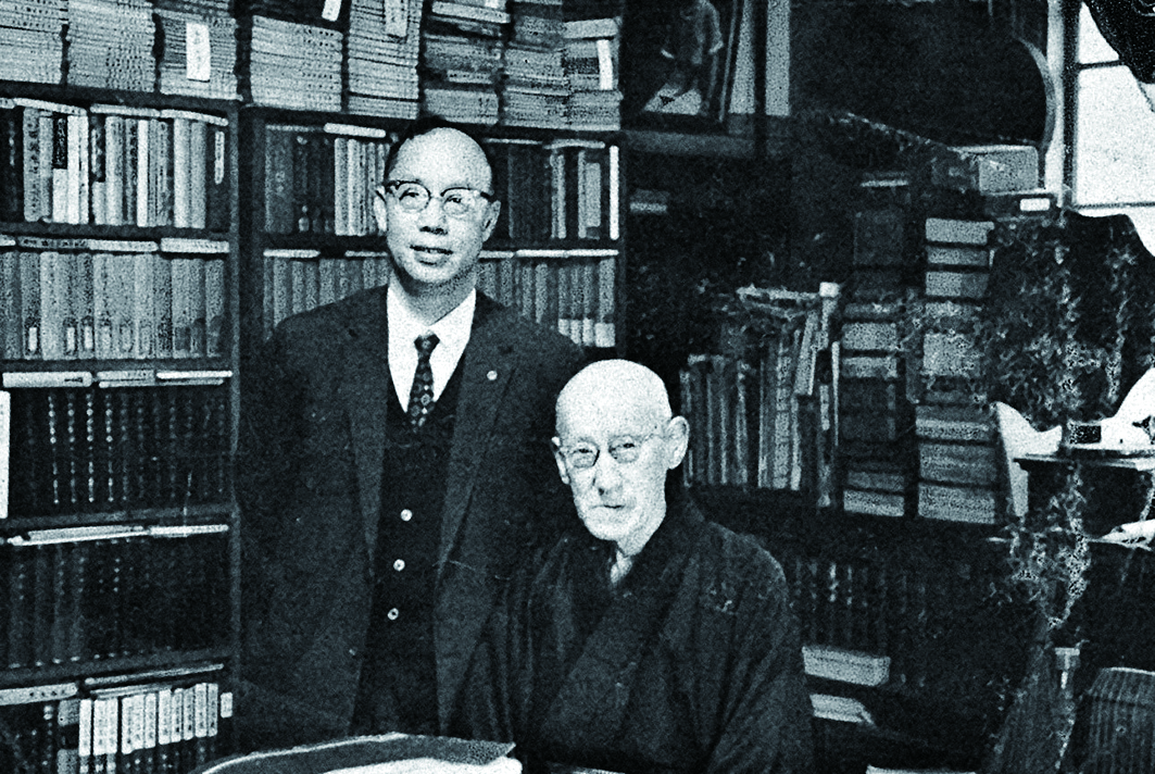 梁在平(左)拜會日本民族音樂學者田邊尚雄(右),留下珍貴合影。.jpg
