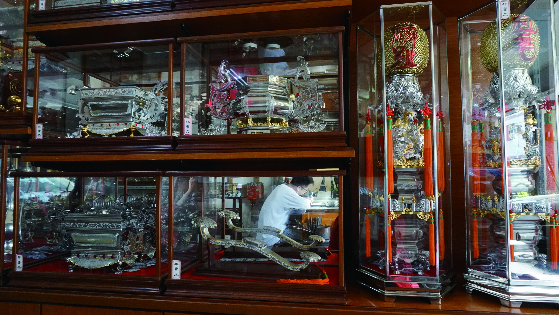 永豐錫店裡陳列各式樣品及圖錄,提供作為客戶訂製時參考的依據,不管要加哪種圖形樣式,或要搭配銅等其他材質,都可以一目瞭然。.JPG