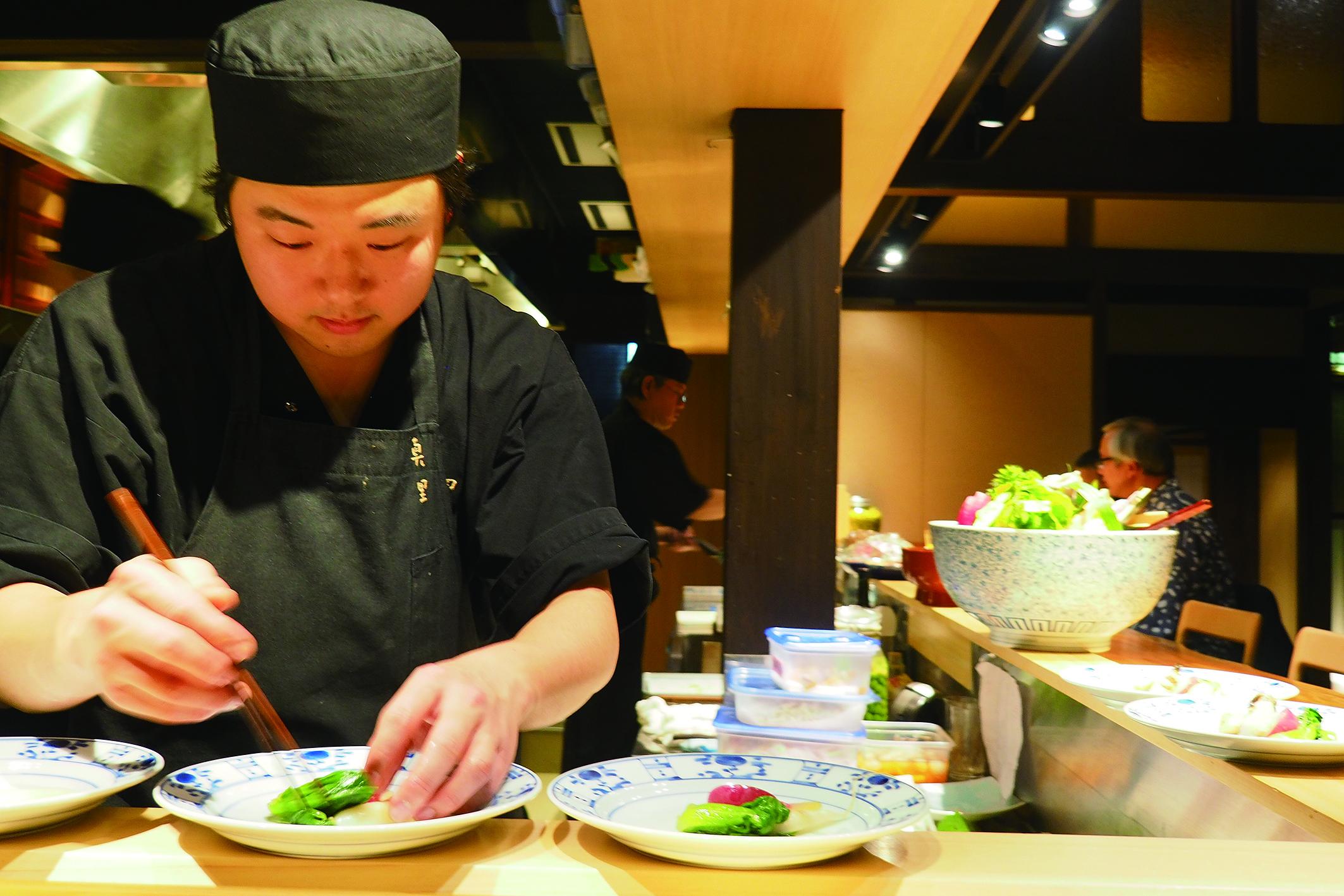 坐在吧台空間,一邊用餐,一邊享受職人們精彩的料理過程。.JPG