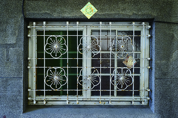 以梅花紋樣裝飾的鐵花窗,清新典雅。.jpg