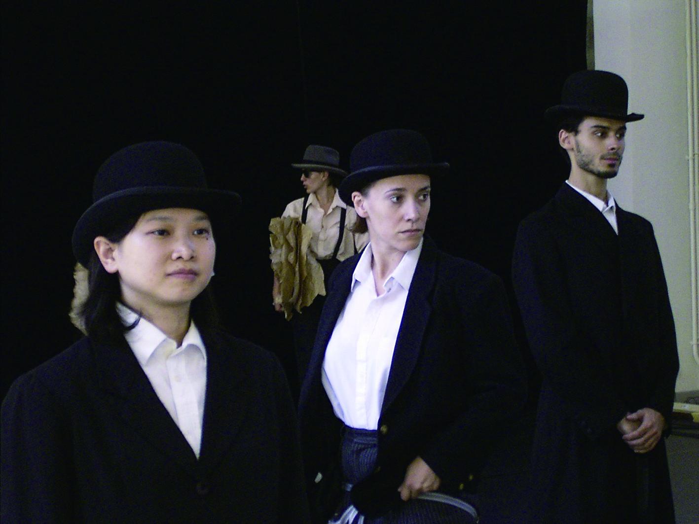 鄭嘉音(左一)在2003年參加香堤偶工作坊成果演出。.jpg