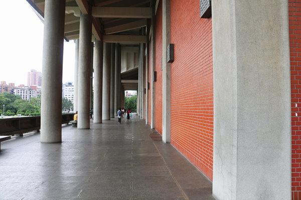 溫馨的迴廊、135度切角的關懷及清水磚外包赭紅色鋼磚.jpg