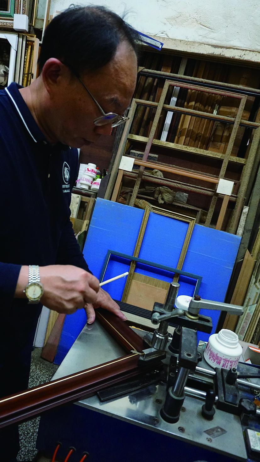 陳家鼎師傅三十歲返鄉陪伴父親經營裱畫店,一做就是二十九年。就算古法裱褙相當耗時,為了畫作能有長久保存的機會,至今仍堅持以傳統技法裝裱。.JPG