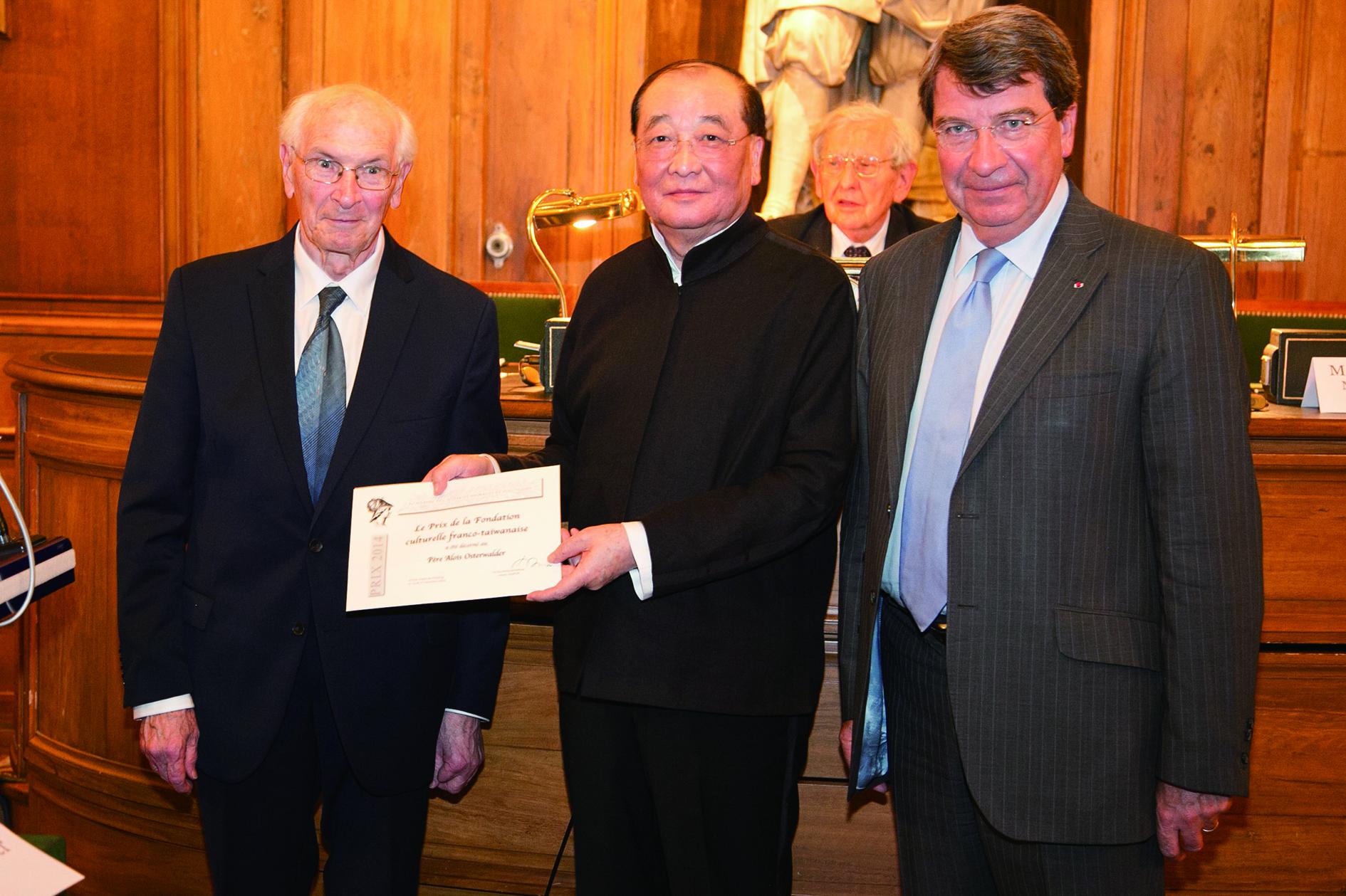 2015年7月6日歐樂思神父在法國巴黎法蘭西學院大院士會議廳,由當時的文化部長洪孟啟頒予第十九屆臺法文化獎。.jpg