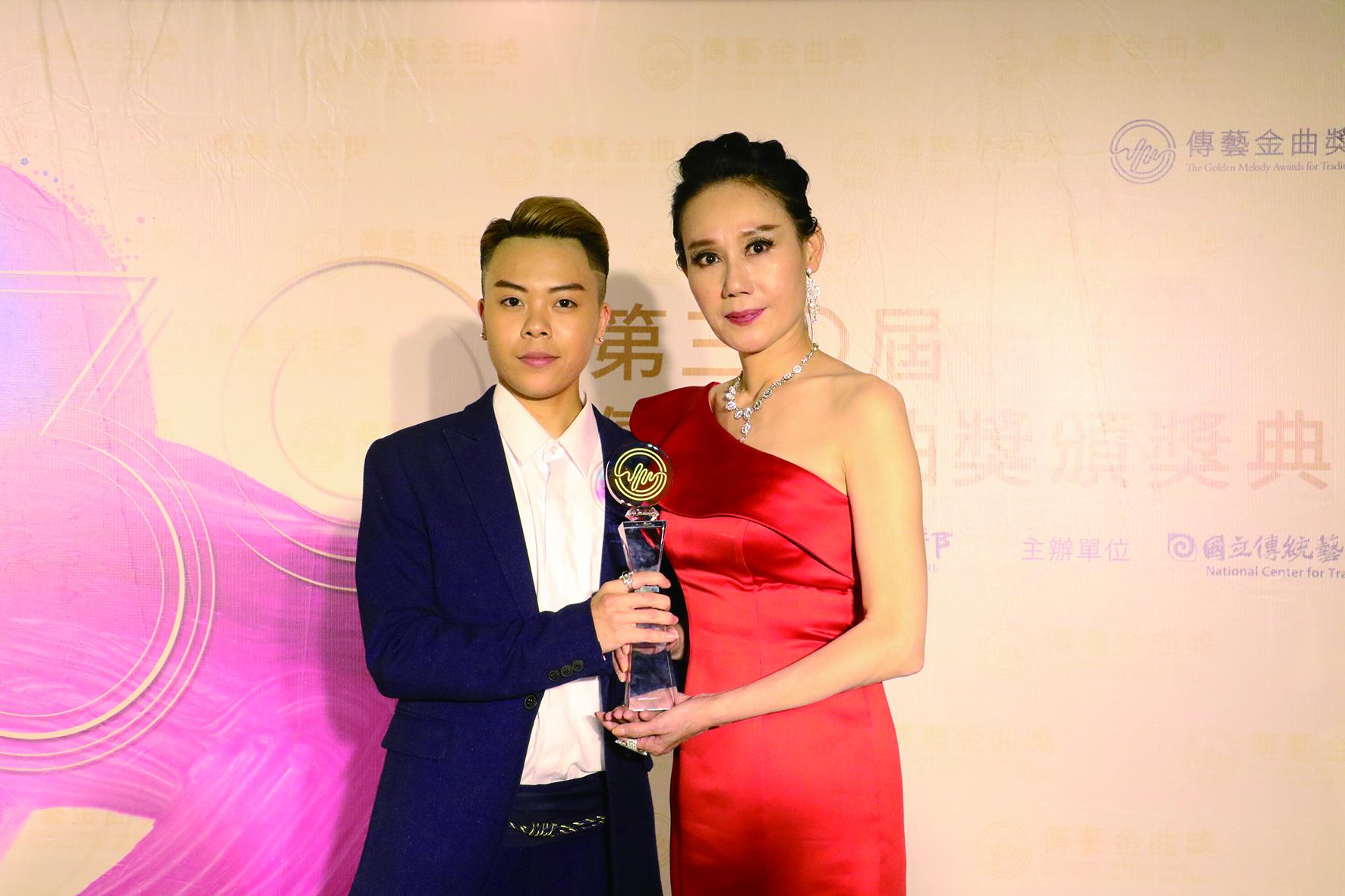 春美歌劇團母女檔孫凱琳(左)與母親也是知名小生郭春美合影。.JPG