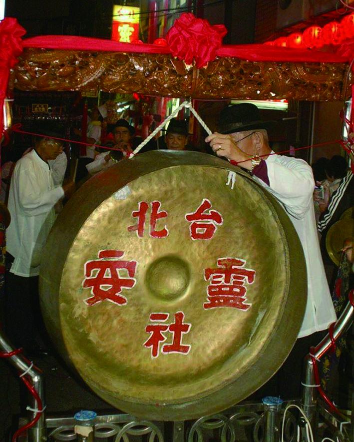 臺北靈安社大鑼及木雕鑼桿近照。.jpg
