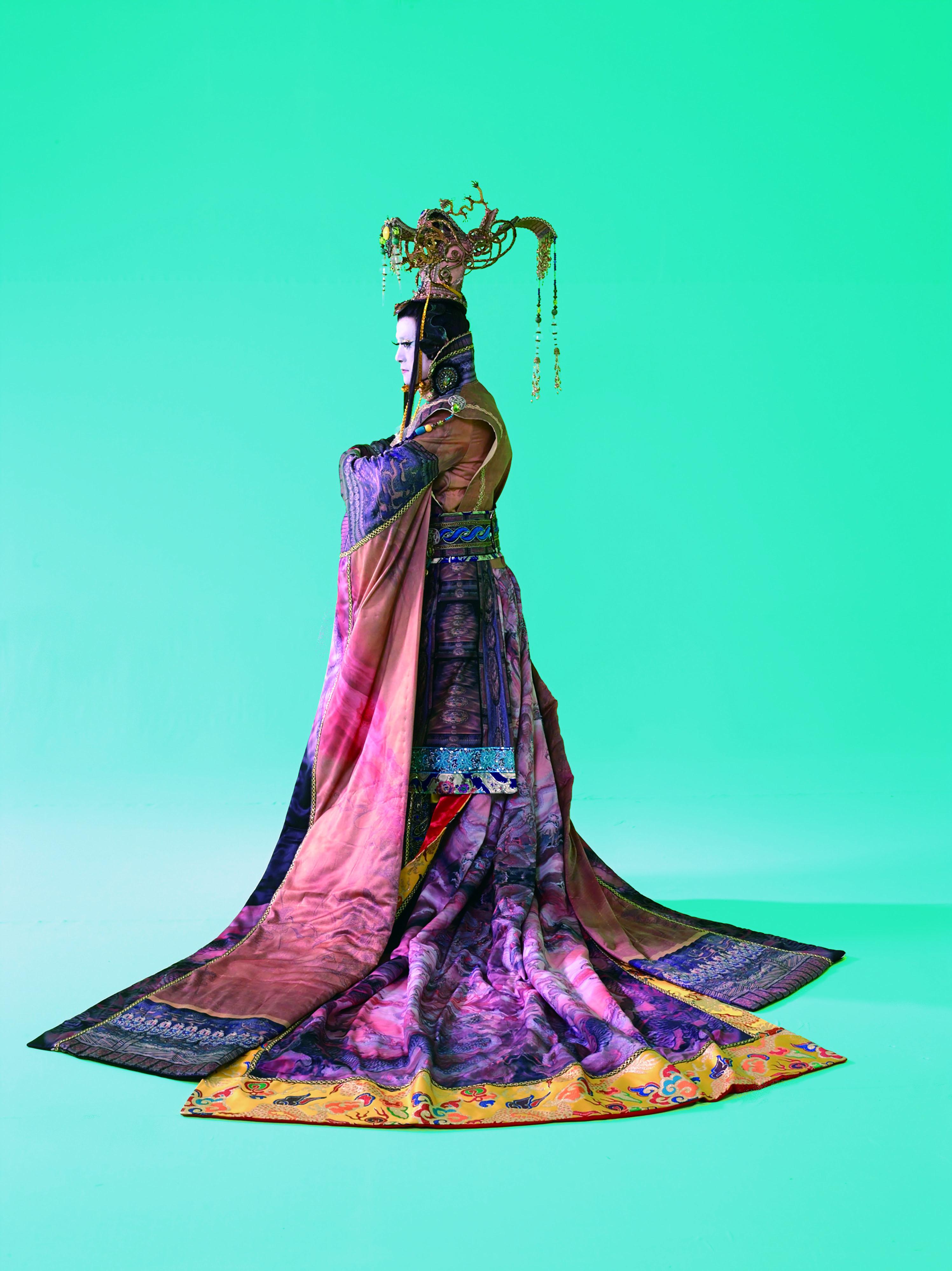 在《蕩寇誌》中,吳興國飾演宋江和宋徽宗兩角,飾演兩不一樣的角色時,兩者個性鮮明,演技傳神。.jpg