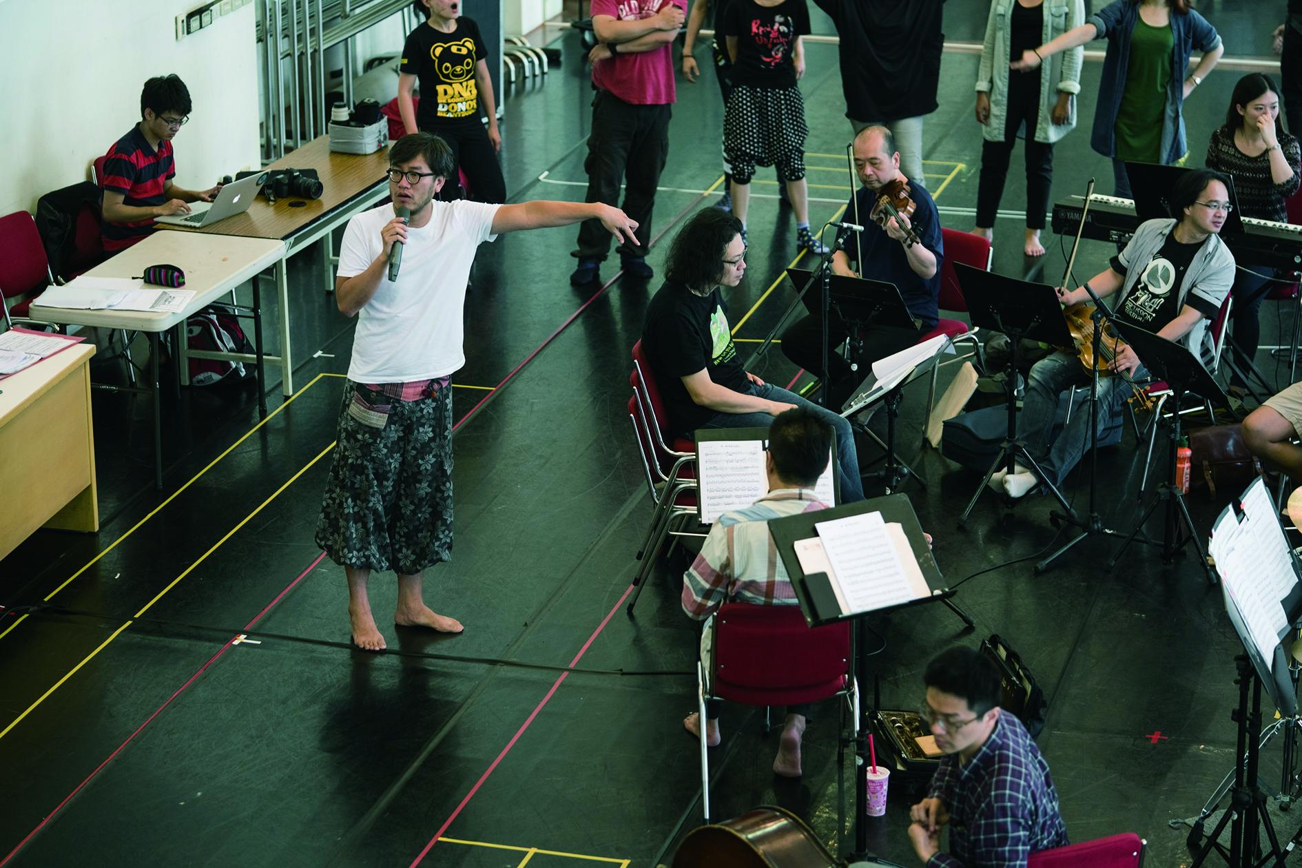 導演曾慧誠排練場和樂團溝通音樂展演形式.jpg