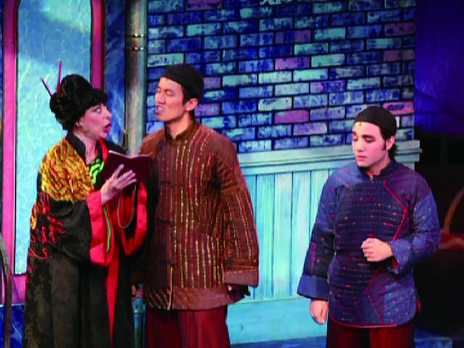 愛唱歌的曾慧誠惶誠(左二)學生時期就參加音樂劇演出.jpg