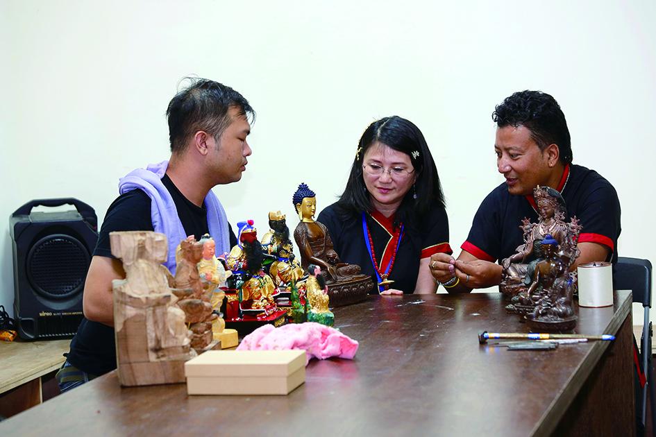 羅賓卓‧釋迦(右一)這次也與台灣的粧佛工藝師陳宗蔚交流,帶來佛像雕塑技術「失蠟法」的製作細節以及粧佛工藝的傳統形制。.jpg