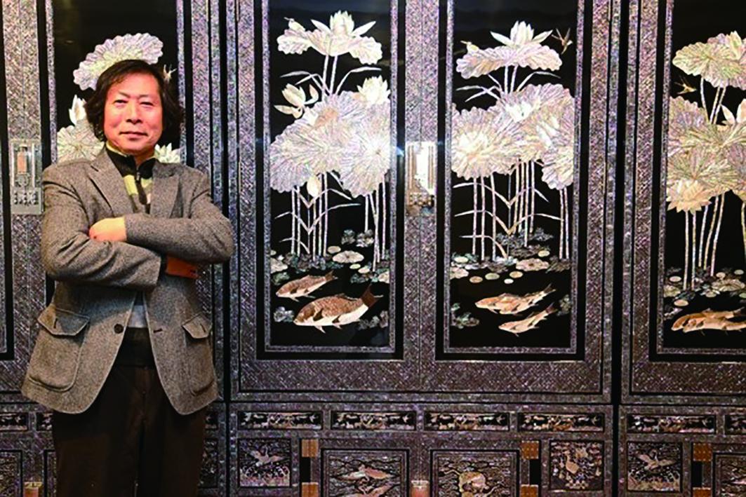 藝師金宗良13歲開始學習螺鈿工藝,30歲成立東西工藝社,致力於螺鈿漆器的傳承與創新。.jpg