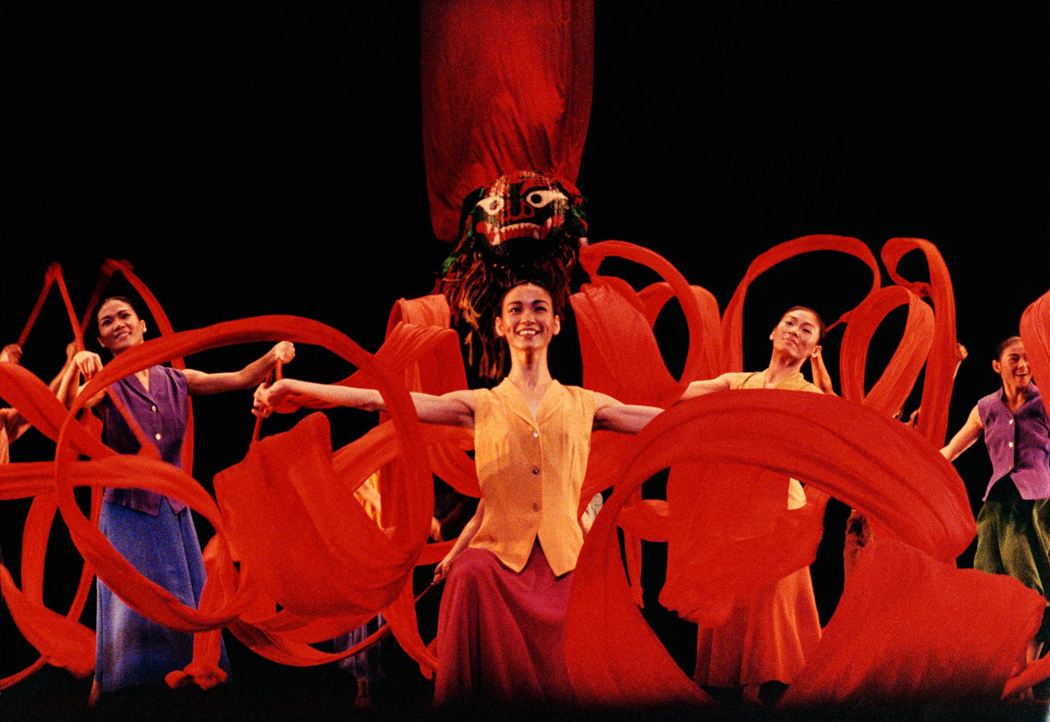 1990年代,臺灣舞蹈團體進入國際舞壇,例如雲門舞集《薪傳》裡的〈節慶〉一段舞臺灣獅,再現舞蹈庶民文化節慶的場景。.jpg