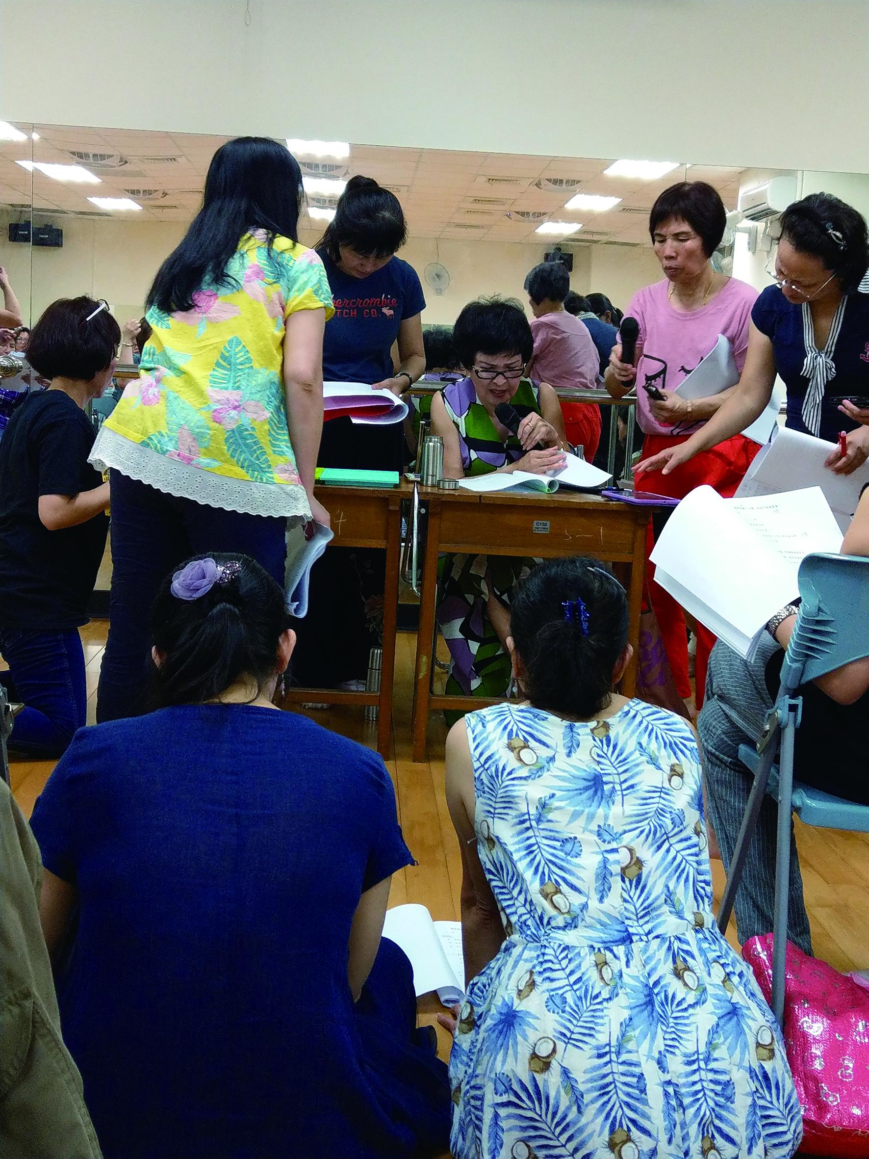 開在大龍國小的唱腔班成員多為熱愛歌仔戲的業餘愛好者,學員上課態度認真專注.jpg