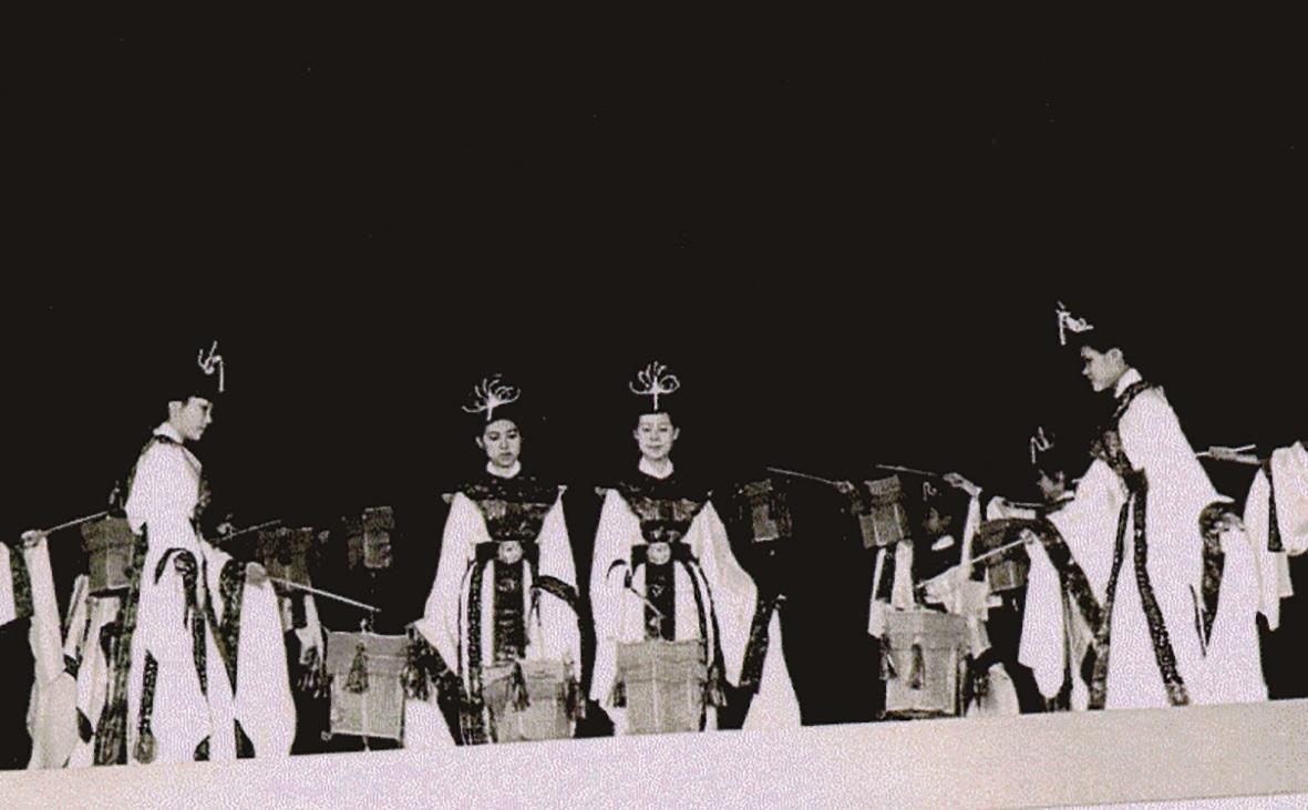 1960年代,任教學院中的教師著手建立民族舞蹈的體系,一方面進行原民舞蹈的採集探訪另一面探索再現中華的傳統舞蹈,如高棪以古時宮廷女性柔順婉約的步態,編創「宮燈舞」.jpg