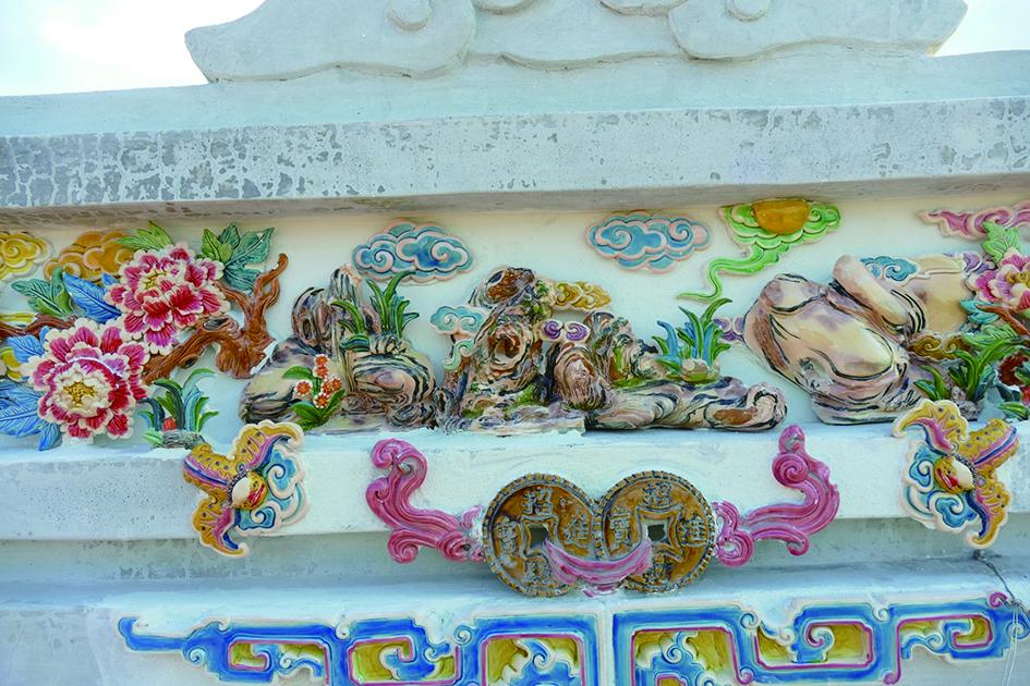 銅錢掛頂,牡丹富貴,廣孝堂的交趾陶工藝用色清新,卻不施傳統。.jpg