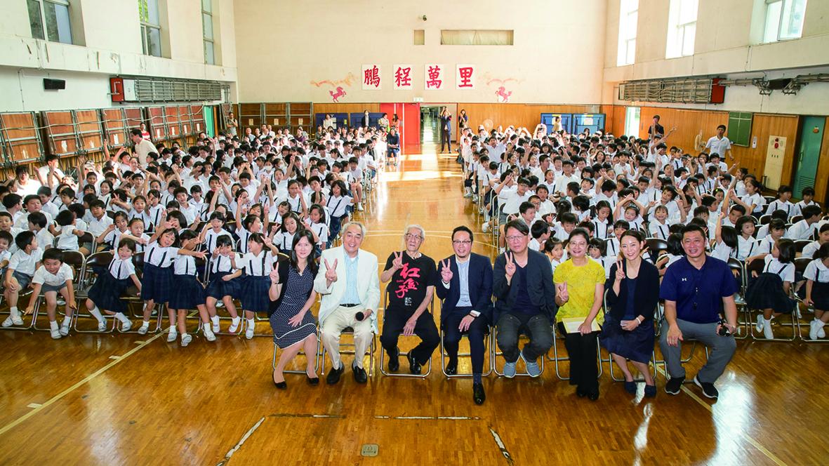 布袋戲國寶大師陳錫煌到東京中華學校演出,吸引了全校師生的目光。.jpg
