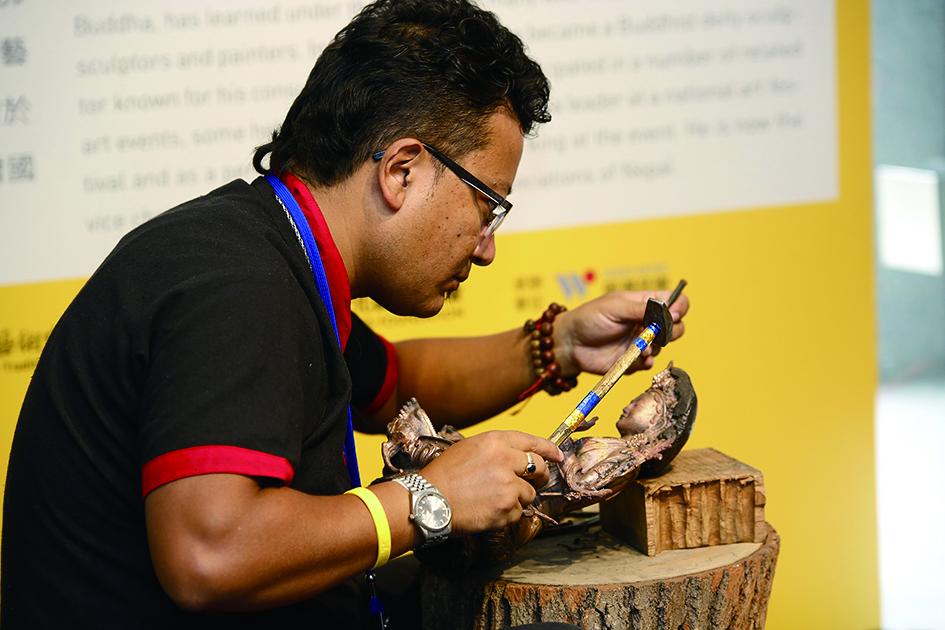 羅賓卓‧釋迦(Rabindra Shakya)是釋迦族後代,自二十餘歲起即成為技藝精湛的佛像藝術家。.jpg