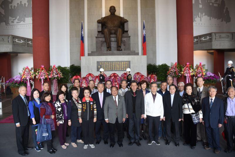 華僑救國聯合總會鄭致毅理事長率會員代表致獻