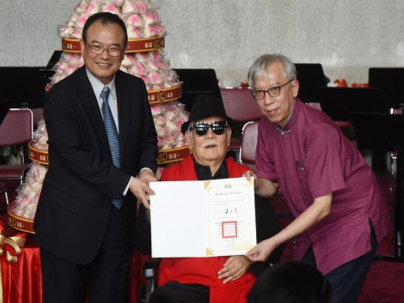 Deputy Minister of Culture Xiao Zong-huang, Director-general Liang Yung-fei, and Artist Li Qi-mao Ta