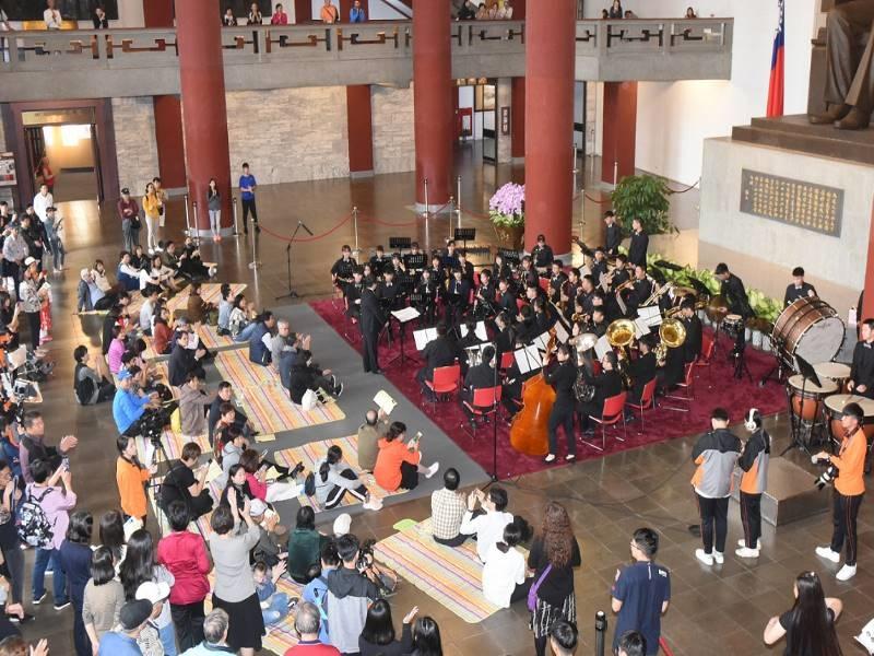 「國父紀念館草地音樂會」現場觀眾席地而坐欣賞音樂饗宴