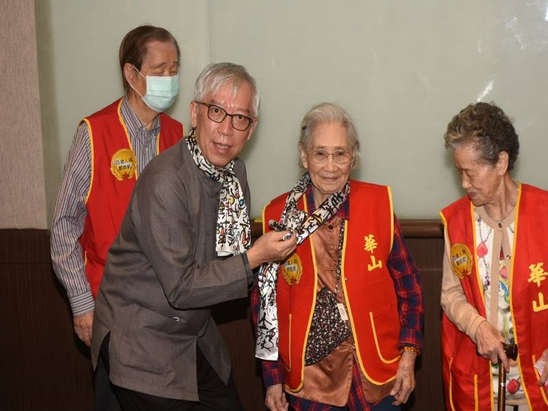 Receives Centenarians before Double Ninth Festival for Cultural Equal Right and Concern Service -2