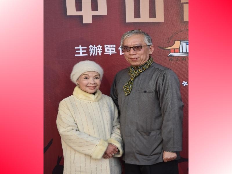 廖瓊枝女士與梁館長合影