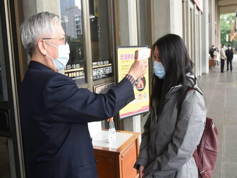 Jan. 30, 2020, Director-general Liang Yung-fei took the temperature for the visitors to the hall.