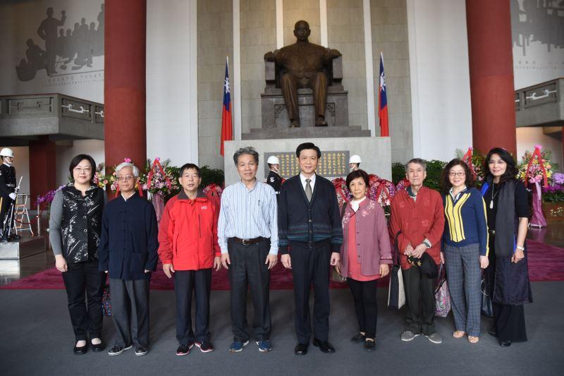 中國標準草書學會理事長陳銘鏡率全體會員敬獻