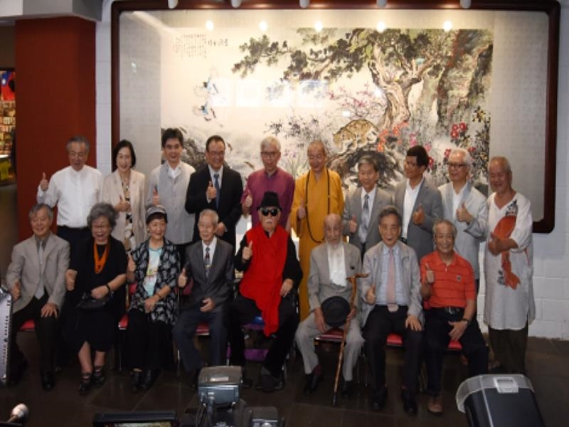 Director-general and Collaborative Artists Take Photos Together