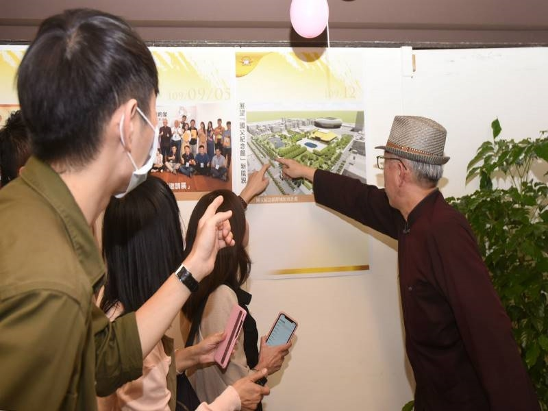 Direcctor-general Liang Yung-fei showed the prospect of the hall's future construction