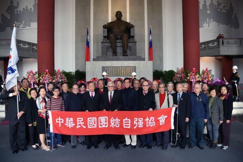中華民國團結自強協會翟宗泉理事長率理監事代表敬獻
