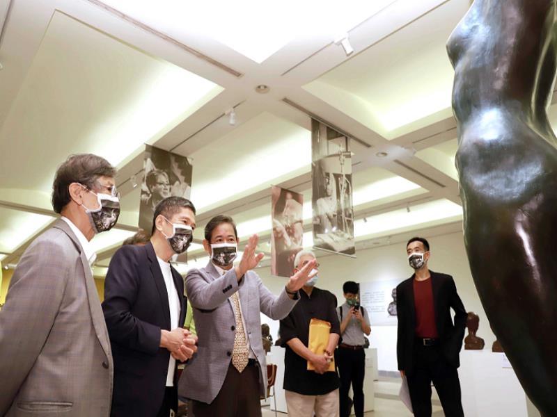 Pu Hao-zhi guided Minister of Culture Lee Yung-te  to PU TIAN-SHENG 110th Birthday Memorial Exhibit
