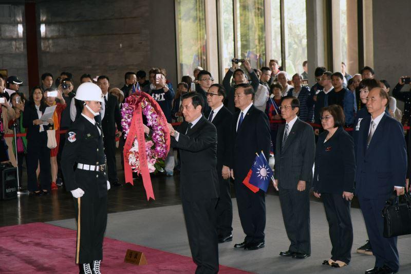 中華民國第十二 十三任總統馬英九獻花致敬