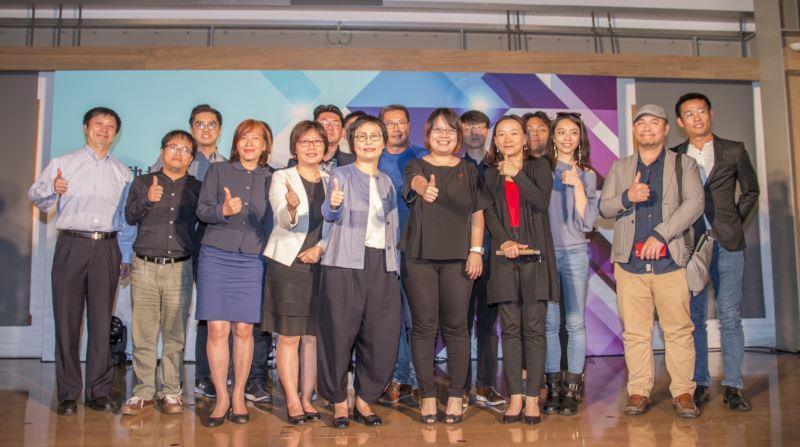 文化部次長丁曉菁(前排左5)與5組文化內容業者合影