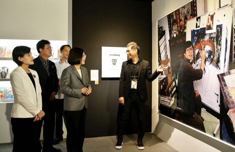 策展人鍾孟舜(右)向總統蔡英文、文化部長鄭麗君等貴賓介紹鄭問紀念展