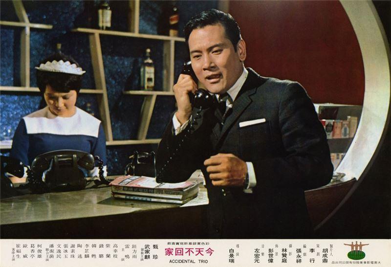 然而,在此二保守類型之前,白景瑞六○年代的作品卻十分前衛,充滿形式語言的實驗,內容則時而隱晦,時而張揚,相當耐人尋味。比如《再見阿郎》(1970)中,他以寫實來揭露黑暗,幾可視為八○年代台灣新電影的先聲。當「健康寫實電影」以美化農村生活為政策主軸,白景瑞卻融合了都會喜劇和寫實風格,拍出一系列「城市電影」:《寂寞的十七歲》(1968)、《新娘與我》(1969)、以及《今天不回家》。