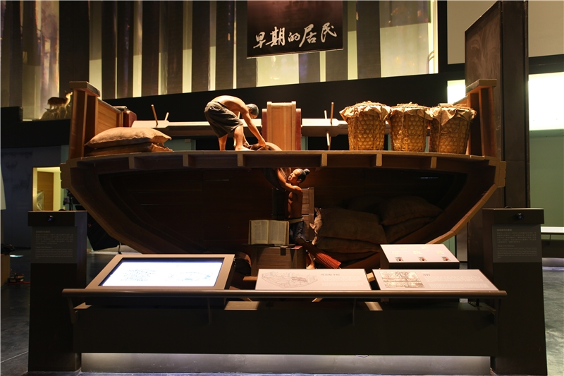 展場中的船艙造景,訴說著當時的航海生活故事,也結合互動介紹了當時貿易流通的主要貨品等資訊。