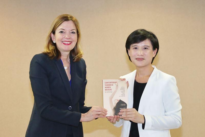 1070613文化部部長鄭麗君致贈「臺灣女性作家短篇小說選」標舉臺灣不同世代女性的視野。