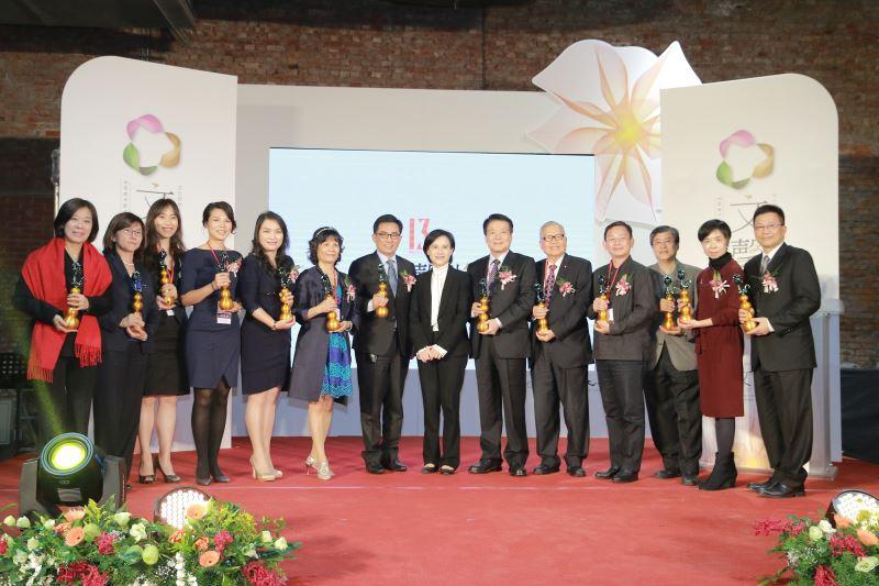 文化部長鄭麗君與第13屆文馨獎獲獎人合影