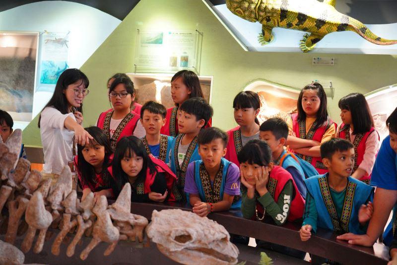 那瑪夏學童對罕見的恐龍化石充滿了好奇心